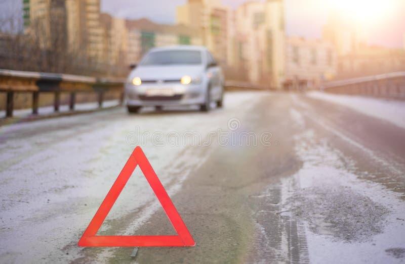 Sinal vermelho da parada de emergência e carro de prata quebrado imagem de stock royalty free