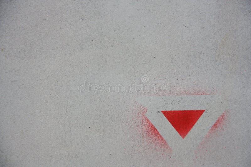 Sinal vermelho dos triângulos na parede fotografia de stock royalty free