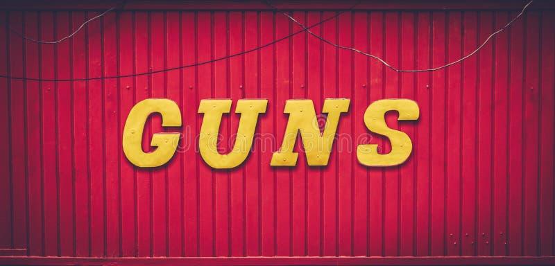 Sinal vermelho retro da loja de arma fotografia de stock
