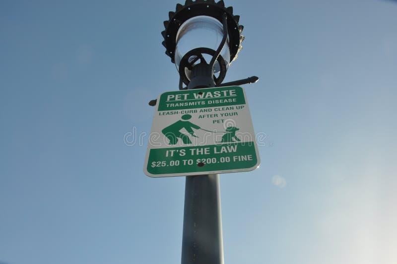 Sinal Waste do animal de estimação no parque fotografia de stock
