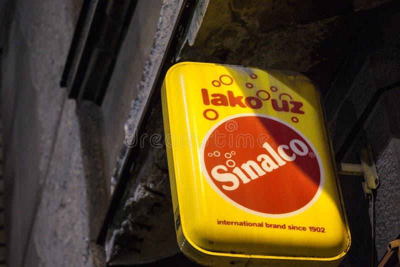 Sinalco-Logo auf ihrem Einzelhändler in Belgrad Sinalco ist ein alkoholisches gekohltes alkoholfreies Getränk des Deutschen nicht lizenzfreies stockbild