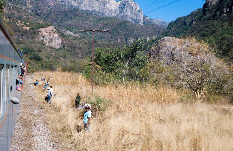 Sinaloa Mexico: Passagerare som väntar på drevet för att hoppa onboard arkivfoton
