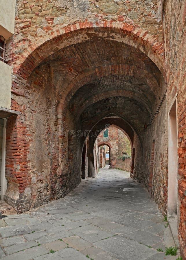 Sinalunga Siena, Tuscany, Italien: forntida gränd i den gamla staden arkivfoton