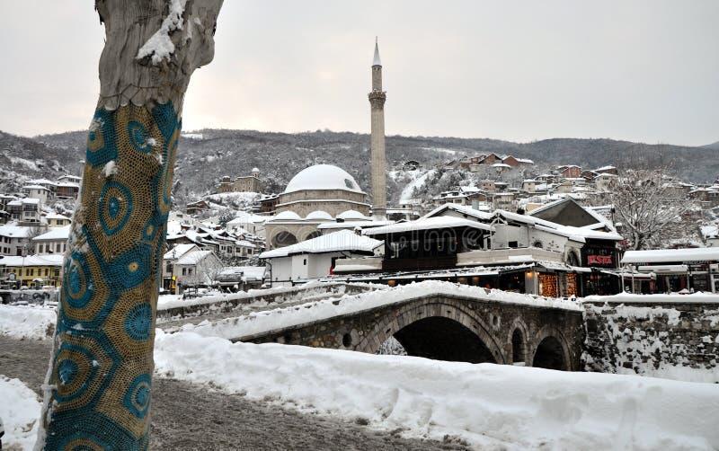 Sinan Pasha Mosque och stenbro som täckas med snö, Kosovo arkivbild