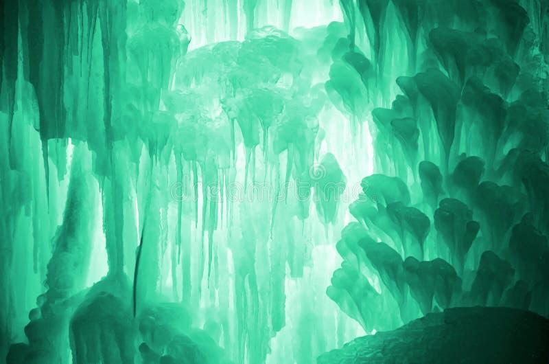 Sincelos enormes do gelo Grandes blocos de cachoeira ou de água congelada gelo Luz - fundo verde do gelo Córrego congelado waterf imagem de stock royalty free