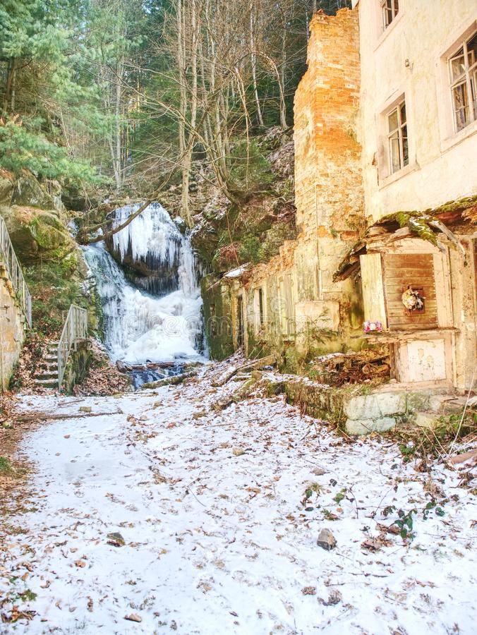 Sincelos na cachoeira congelada Pedras e pedregulhos nevado e gelados com gotas fotos de stock
