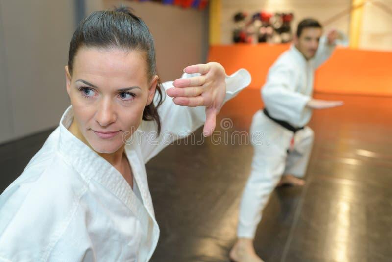 Sincronice el movimiento en artes marciales imágenes de archivo libres de regalías