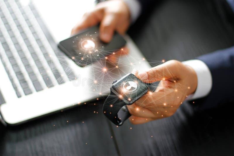 Sincronização dos dados relógio e do telefone espertos de Smart fotografia de stock royalty free
