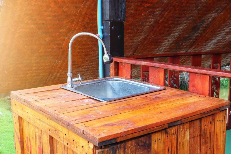 Sincronizar o dissipador de aço inoxidável e a mistura de madeira perfeitamente no estilo de uma safra. Ideias internas da casa imagem de stock royalty free