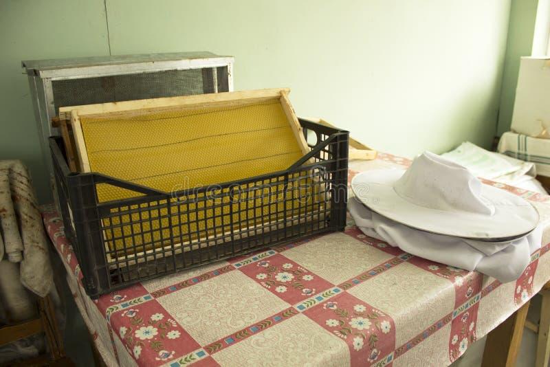 Sind auf dem Tisch Rahmen für Bienenwaben stockbilder