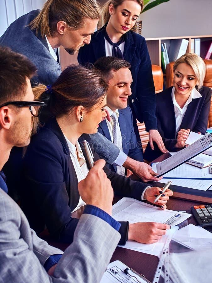 Sind Geschäftsleute Büroleben von Teamleuten mit Papier glücklich lizenzfreie stockfotos
