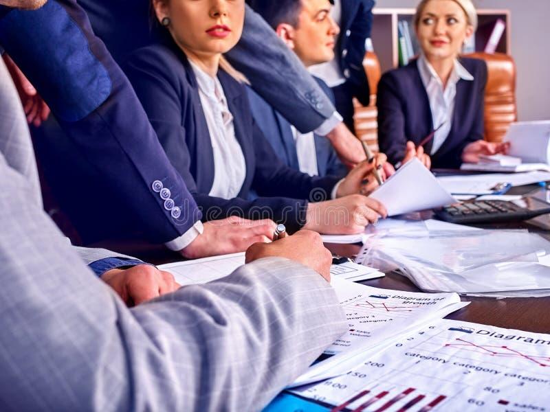 Sind Geschäftsleute Büroleben von Teamleuten mit Papier glücklich stockfoto