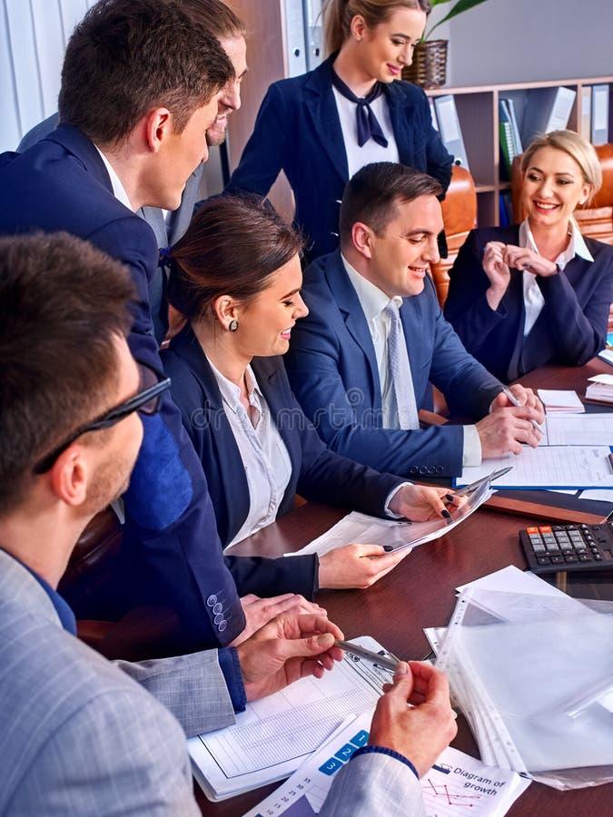Sind Geschäftsleute Büroleben von Teamleuten mit Papier glücklich stockbild