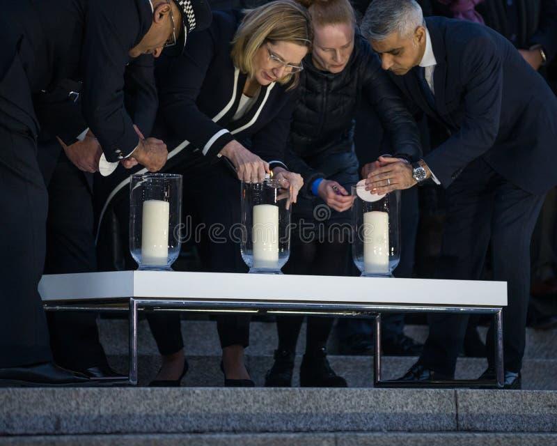 Sindaco Sadiq Khan e funzionari di Londra che accendono le candele per veglia immagini stock libere da diritti