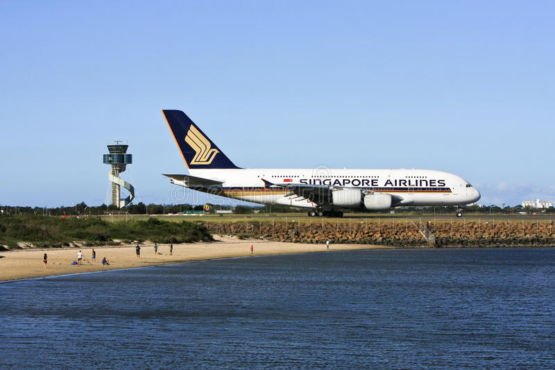 Singapore Airlines Airbus A380 na pista de decolagem. imagem de stock royalty free