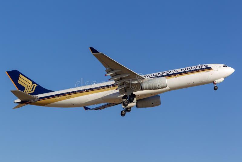 Singapore Airlines Airbus A330-343 9V-STA que saca de Adelaide Airport imagen de archivo libre de regalías