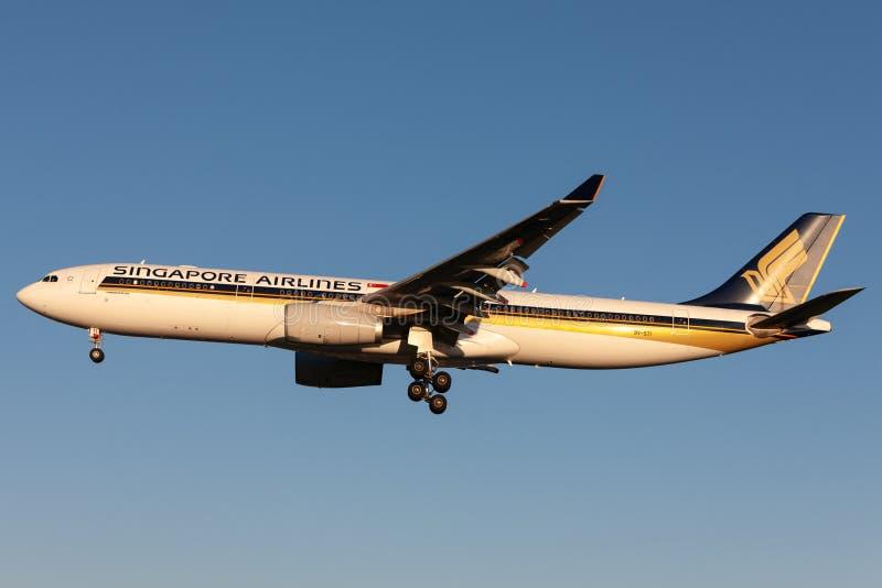 Singapore Airlines Airbus A330-343 9V-STI en el acercamiento a aterrizar en Adelaide Airport imagenes de archivo
