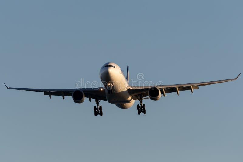 Singapore Airlines Airbus A330-343 9V-STI en el acercamiento a aterrizar en Adelaide Airport fotos de archivo libres de regalías