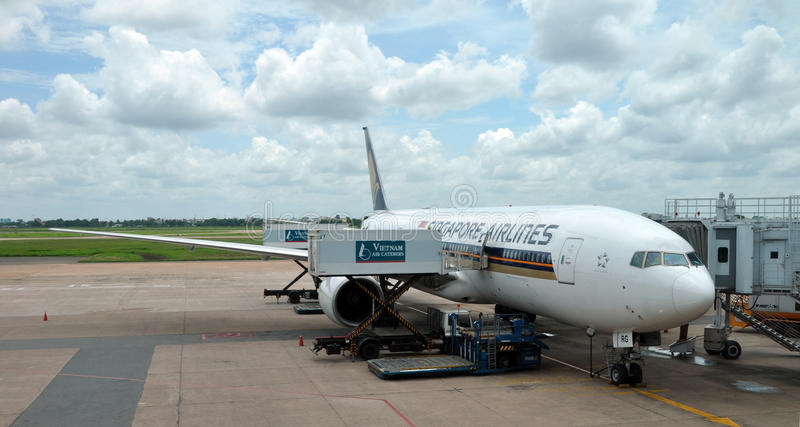 Singapore Airlines B777-200 at Changi Airport. 10 June 2011, Changi Airport, Singapore. A Singapore Airlines Boeing 777-200 aircraft being loaded with baggage stock photo