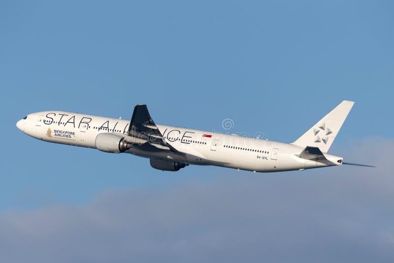 Singapore Airlines Boeing 777 aviões com a libré de Star Alliance que decola de Sydney Airport fotos de stock