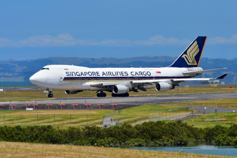 Singapore Airlines Boeing 747-400 fraktbåt som åker taxi på Auckland den internationella flygplatsen arkivfoto