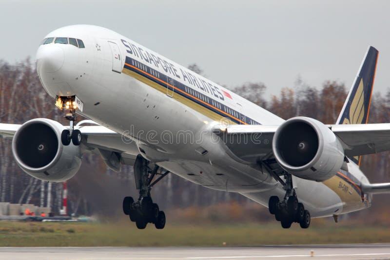 Singapore Airlines Boeing 777-300 9V-SWR décollant à l'aéroport international de Domodedovo photos libres de droits