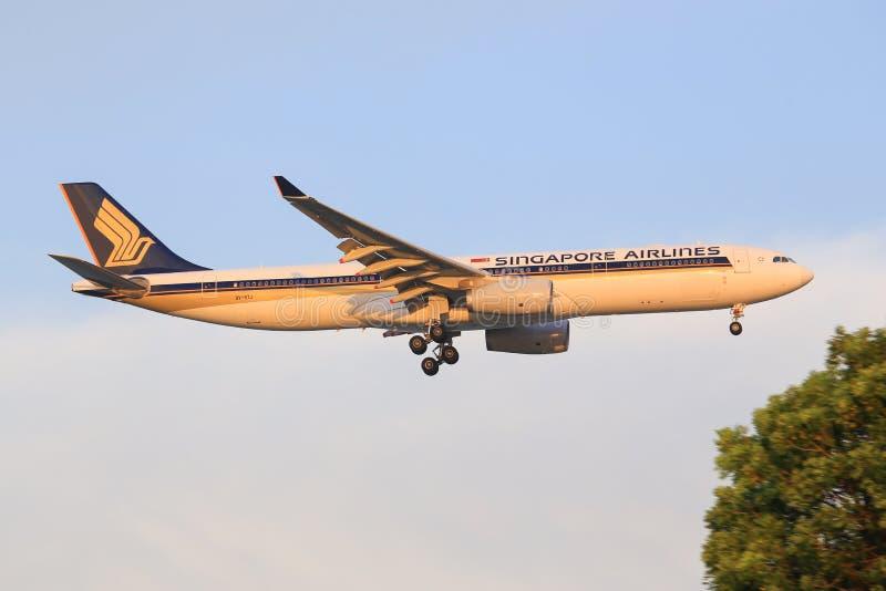 Singapore Airlines hyvlar på flygplatsen Tarma fotografering för bildbyråer