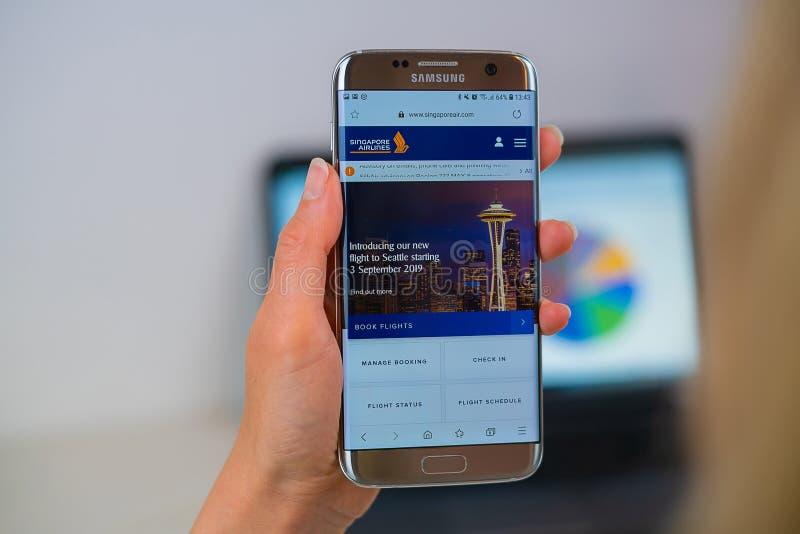 Singapore Airlines webbplats på mobiltelefonen arkivfoton