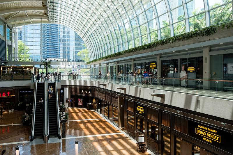 Singapore-13 APRIL 2019: inre av shoppesna på Marina Bay Sands Shoppesna är en av Singapore största lyxiga shopping royaltyfri foto