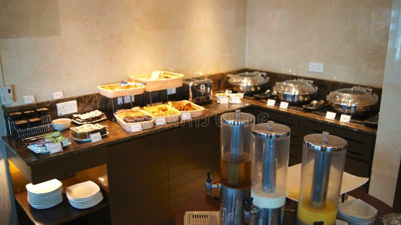 SINGAPORE - APRIL 2nd 2015: inom av en vardagsrum på frukostbuffé för lyxigt hotell fotografering för bildbyråer