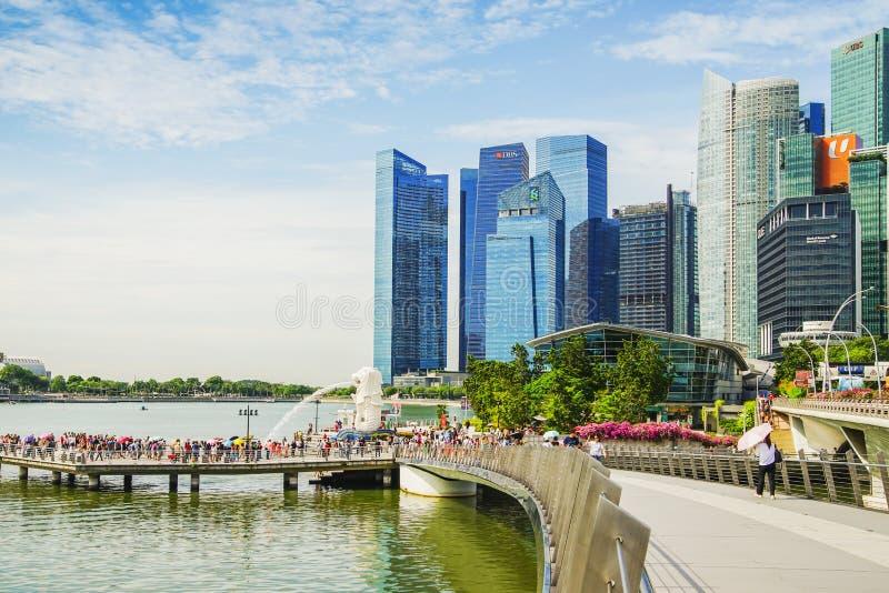 Singapore - APRIL 7,2017: Område för central affär CBD, finansiellt och kommersiellt nav för kärnan med turisten och den Merlion  fotografering för bildbyråer