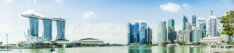SINGAPORE - APRIL 7,2017: panorama- bild av Marina Bay Sands och den finansiella mitten arkivfoton