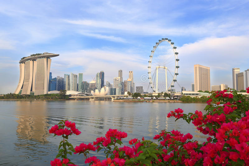 SINGAPORE - April 13: Singapore stadshorisont i morgonen med royaltyfri bild