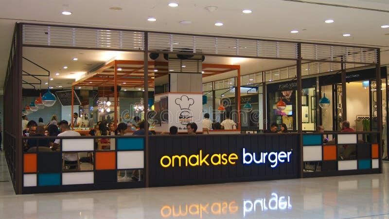 SINGAPORE - 3 aprile 2015: Negozio giapponese degli alimenti a rapida preparazione dell'hamburger di Omakase alla plaza di Singap fotografia stock