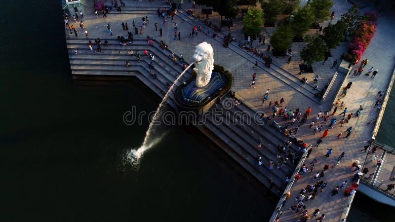 Singapore - Augustus, 2018: Weergeven van centraal Singapore schot De fonteinbeeldhouwwerk van de Merlionleeuw en financiële tore royalty-vrije stock fotografie
