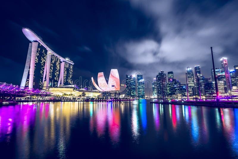 Download Singapore bij nacht stock afbeelding. Afbeelding bestaande uit koepel - 54087797
