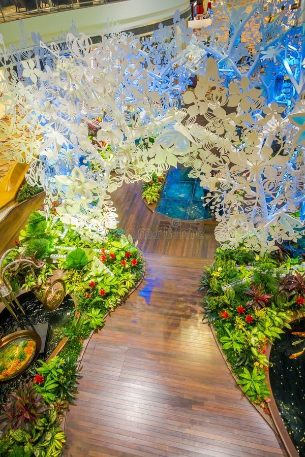 SINGAPORE - CIRCA AGOSTO 2016: Sopra la vista di piccolo giardino con le piante dentro dell'aeroporto di Singapore Changi Singapo fotografia stock libera da diritti
