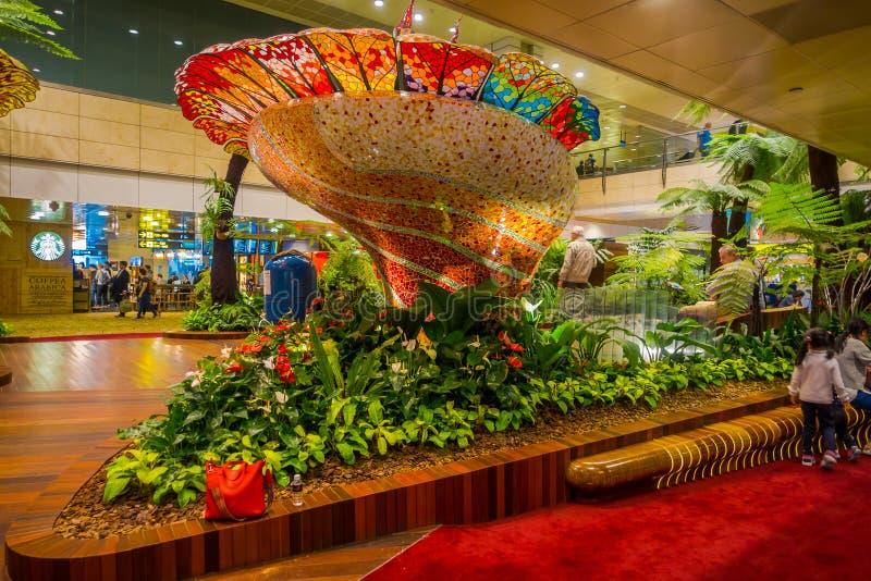 SINGAPORE - CIRCA AUGUSTUS, 2016: Binnenmening van mensen die in een kleine tuin met installaties binnen van Singapore Changi lop royalty-vrije stock foto's