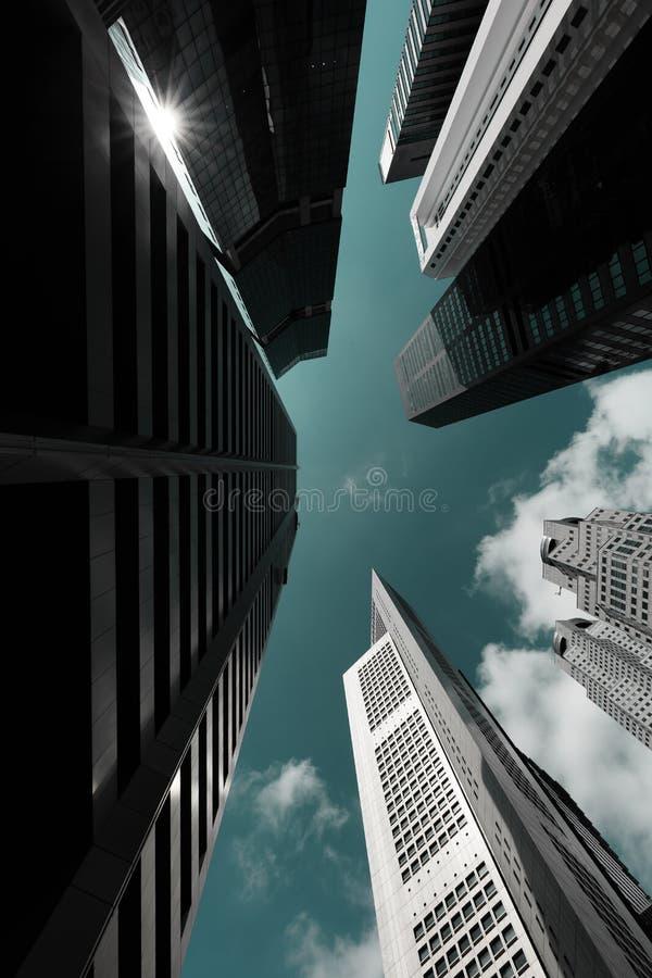 SINGAPORE-16 FEBRUARI 2018: Affärsbyggnadshorisont som ser upp med blå himmel royaltyfria bilder