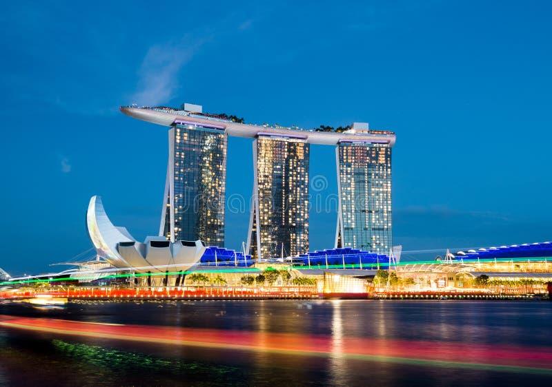 Singapore-22 FEBRUARI 2019: Den Singapore marinafjärden sandpapprar sikt för cityscapenattljus arkivbilder