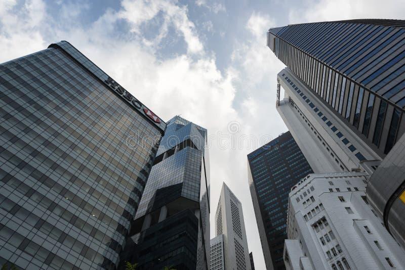 SINGAPORE SINGAPORE - FEBRUARI 18, 2018: Se upp på skyskrapor av det Singapore affärsområdet arkivfoton