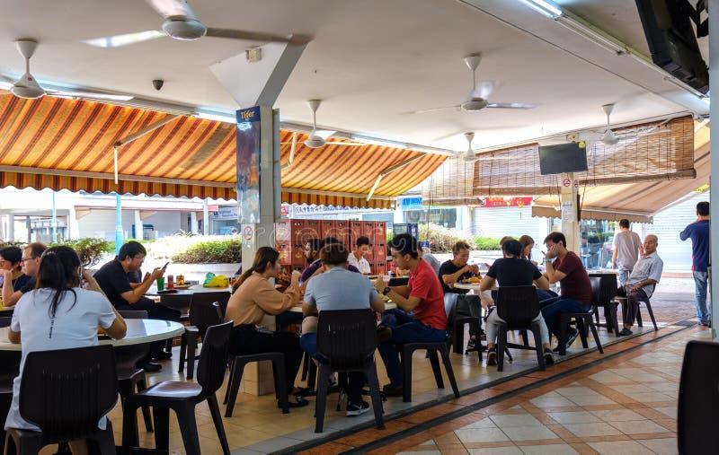 Singapore-22 FEBRUARI 2019: Sikt för dag för mitt för gatuförsäljare för Singapore traditionell maträkning arkivfoto