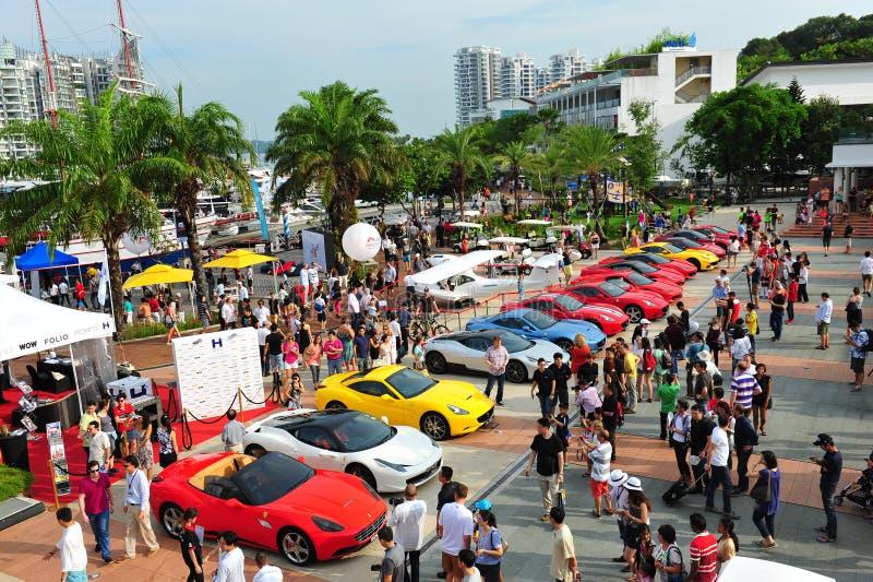 Singapore Ferrari klubbaägare som ställer ut deras Ferrari bilar under den Singapore yachten, visar på en grad 15 Marina Club Sent royaltyfri fotografi