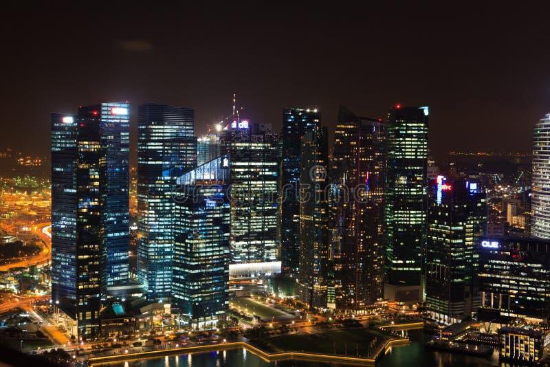 Vista di notte dei grattacieli di Singapore immagini stock libere da diritti