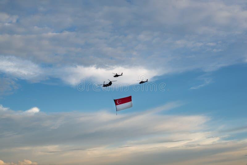 Singapore, Singapore - 30 giugno 2018: Elicotteri che portano la bandiera di Singapore nella parata 2018 di festa nazionale fotografia stock