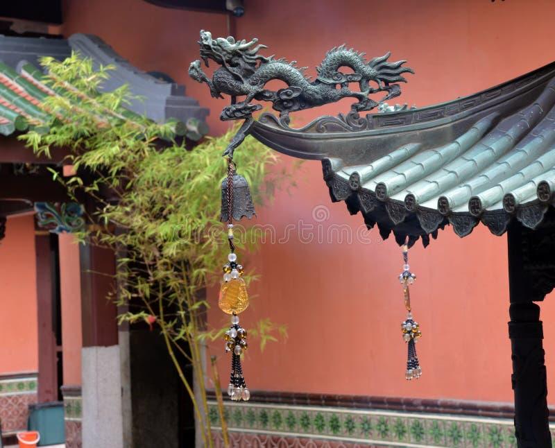 Singapore, het oude detail van het de draakdak van de stads Chinese tempel royalty-vrije stock foto's