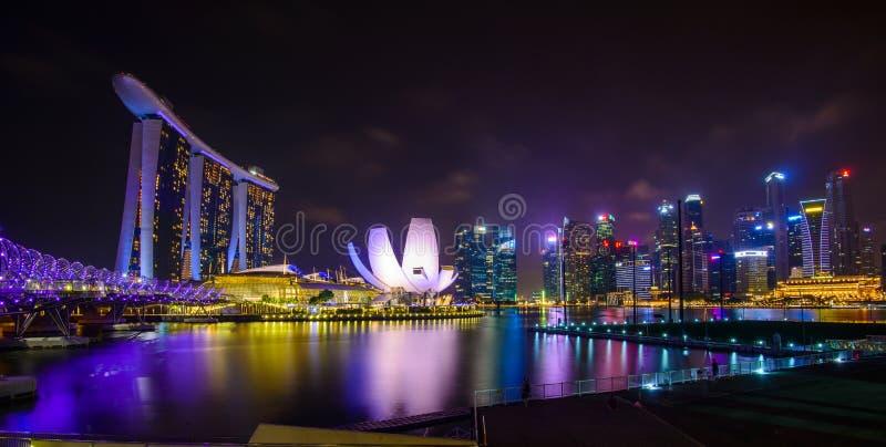 Singapore horisont med stads- byggnader över vatten royaltyfri foto