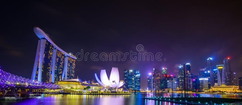 Singapore horisont med stads- byggnader över vatten arkivbild