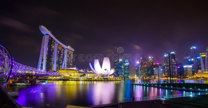 Singapore horisont med stads- byggnader över vatten arkivfoton