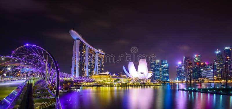 Singapore horisont med stads- byggnader över vatten royaltyfria foton